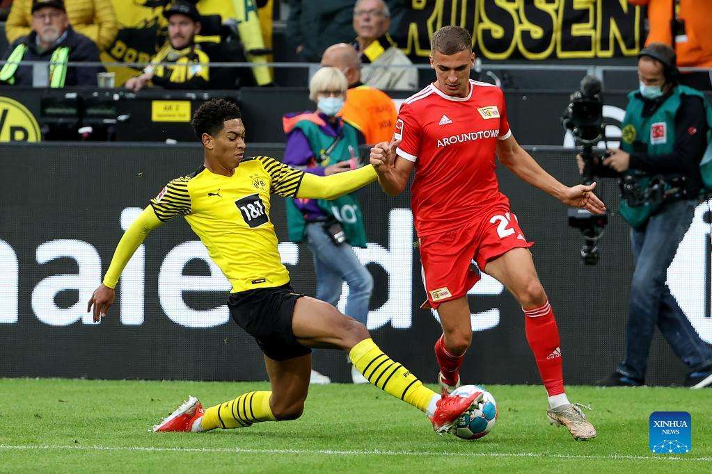 Jude Bellingham (L) of Dortmund vies with Grischa Proemel of Union Berlin during the German first division Bundesliga football match between Borussia Dortmund and FC Union Berlin in Dortmund, Germany, Sept. 19, 2021. (Photo by Joachim Bywaletz/Xinhua)